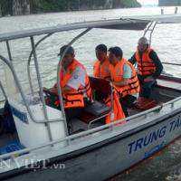 Dông đánh chìm tàu chở khách nước ngoài ở vịnh Hạ Long