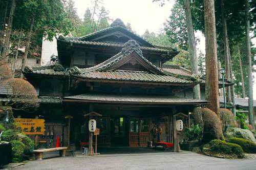 Phần sảnh trước của Gero Onsen Yunoshimakan được làm hòan toàn từ gỗ mang đậm nét cổ kính.