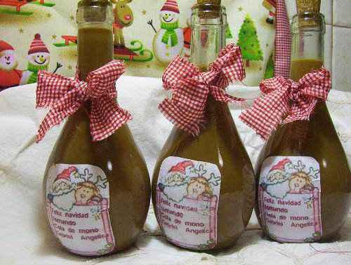 Những chai Cola de Mono xinh xắn dán nhãn thủ công mang biểu tượng chào đóng giáng sinh