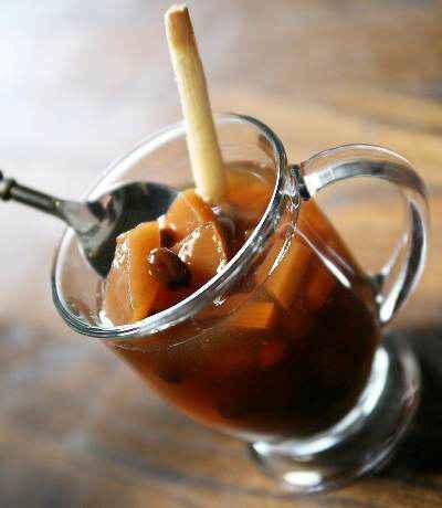 Ponche Navideño được nấu từ rất nhiều loại quả và thêm chút brandy sẽ làm buổi tối Giáng sinh thêm ấm nồng