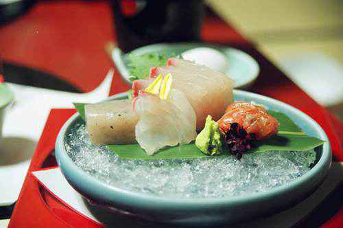Những miếng sashimi được xếp khéo léo như một tác phẩm nghệ thuật