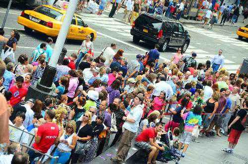 Hàng trăm người sẵn sàng xếp hàng để có được tấm vé xem ca kịch tại New York